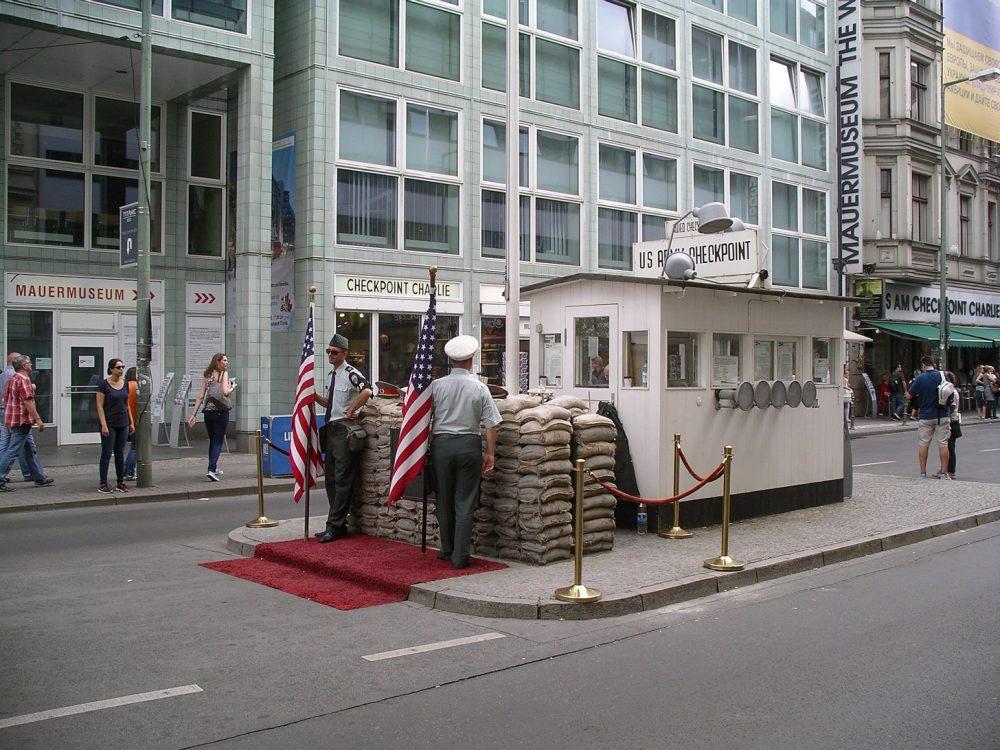 Checkpoint Charlie is een bekende bezienswaardigheid in Berlijn.